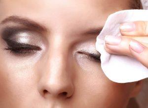 روش صحیح پاک کردن آرایش چشم